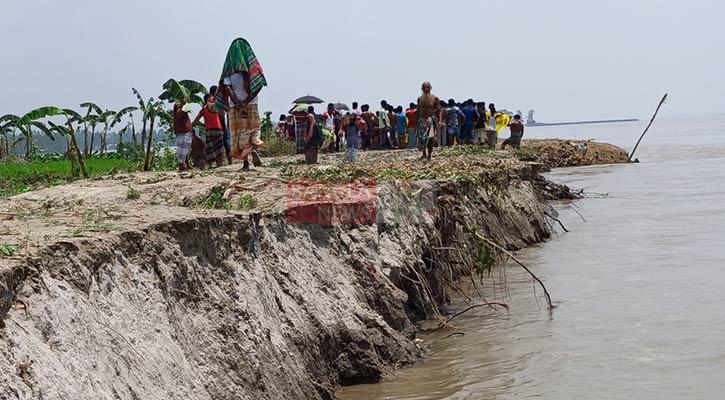বাড়ির ভিটে হারিয়ে গেছে নদীগর্ভে, ছবি: বাংলানিউজ